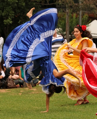 Sendas Salvadoreñas performing acrobatic dance moves.